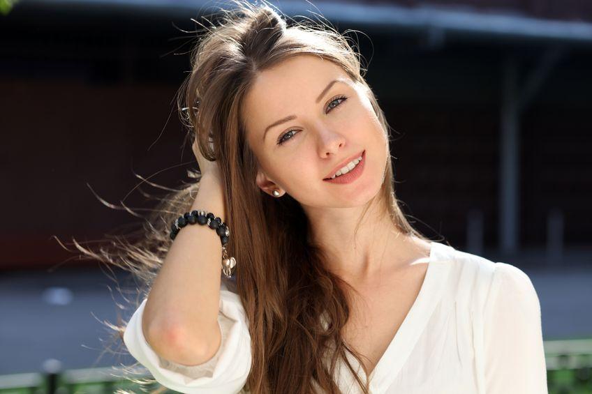 Dziewczyna w białej koszuli z bransoletką