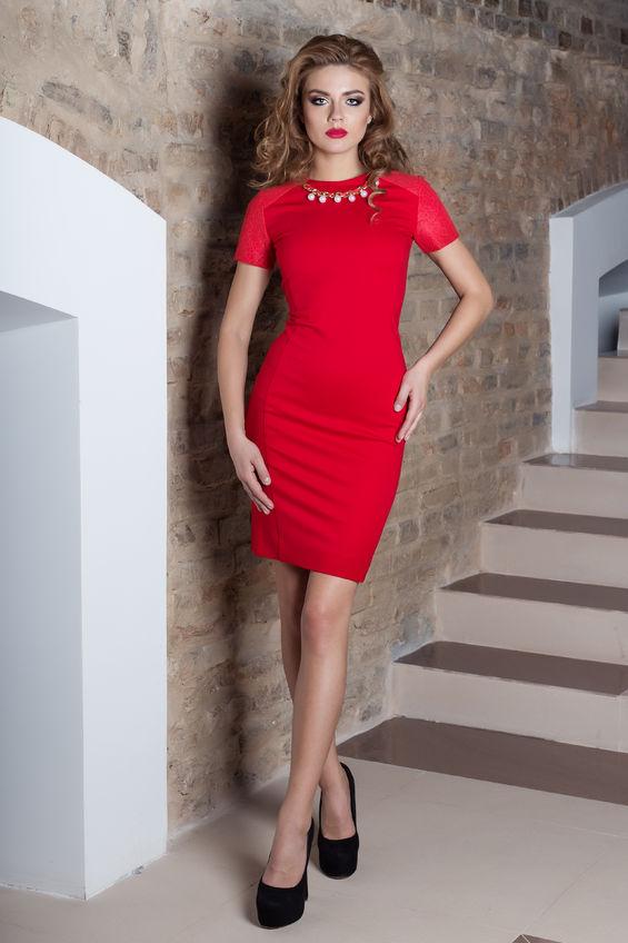 kobieta w czerwonej sukience z perłami