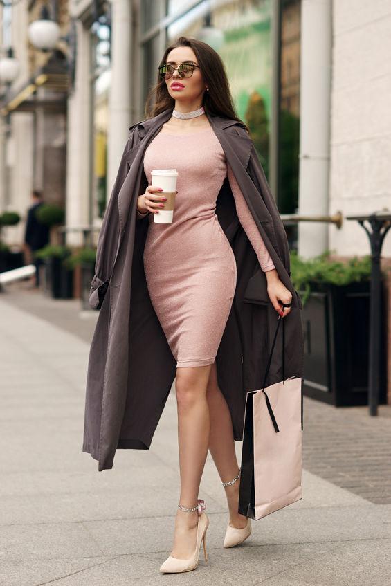 Kobieta w naszyjniku w mieście