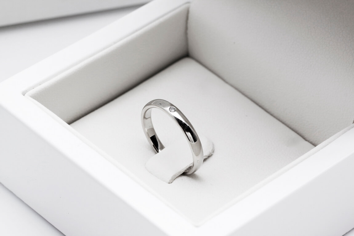 obrączka z białego złota z diamentem w pudełku