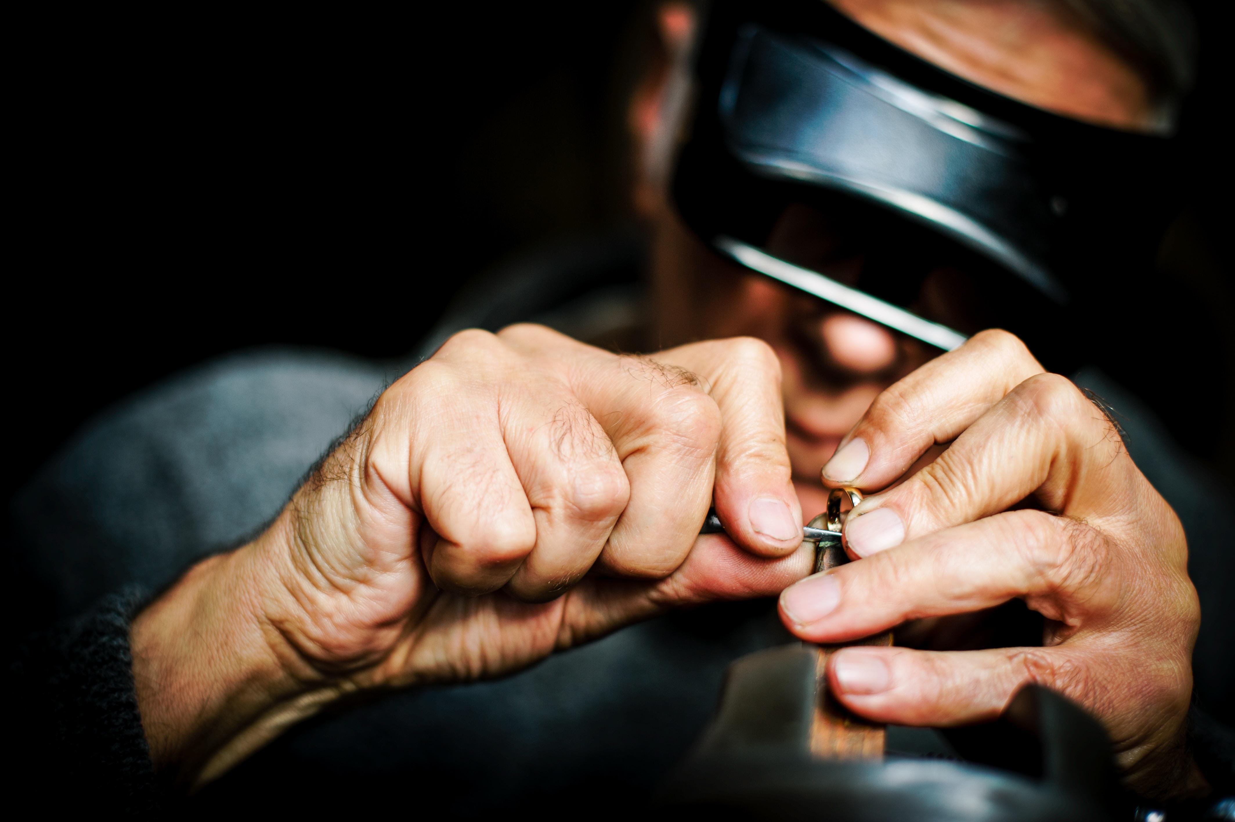 Jublier badający srebrną biżuterię
