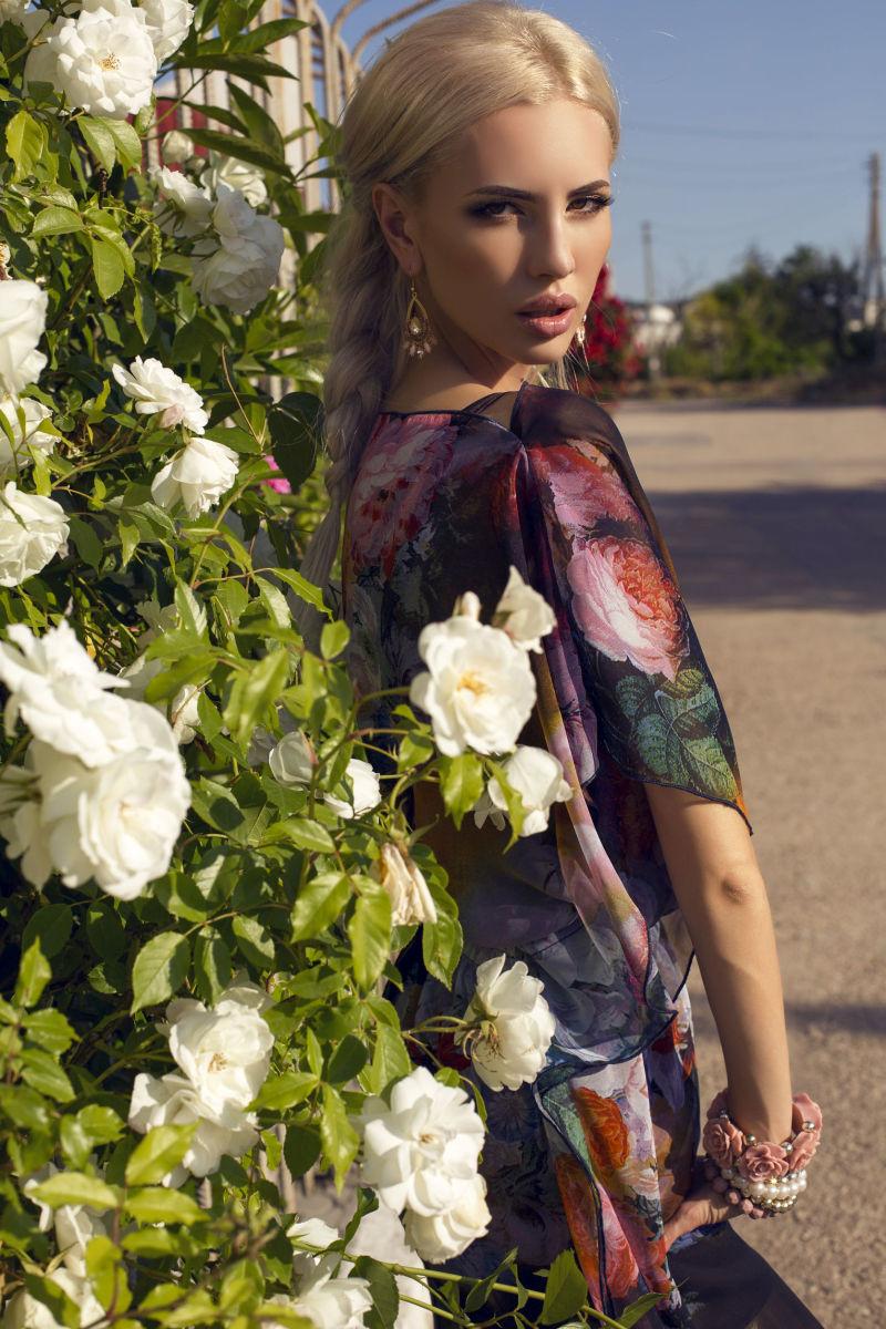 sukienka w kwiaty ze zlotymi kolczykami