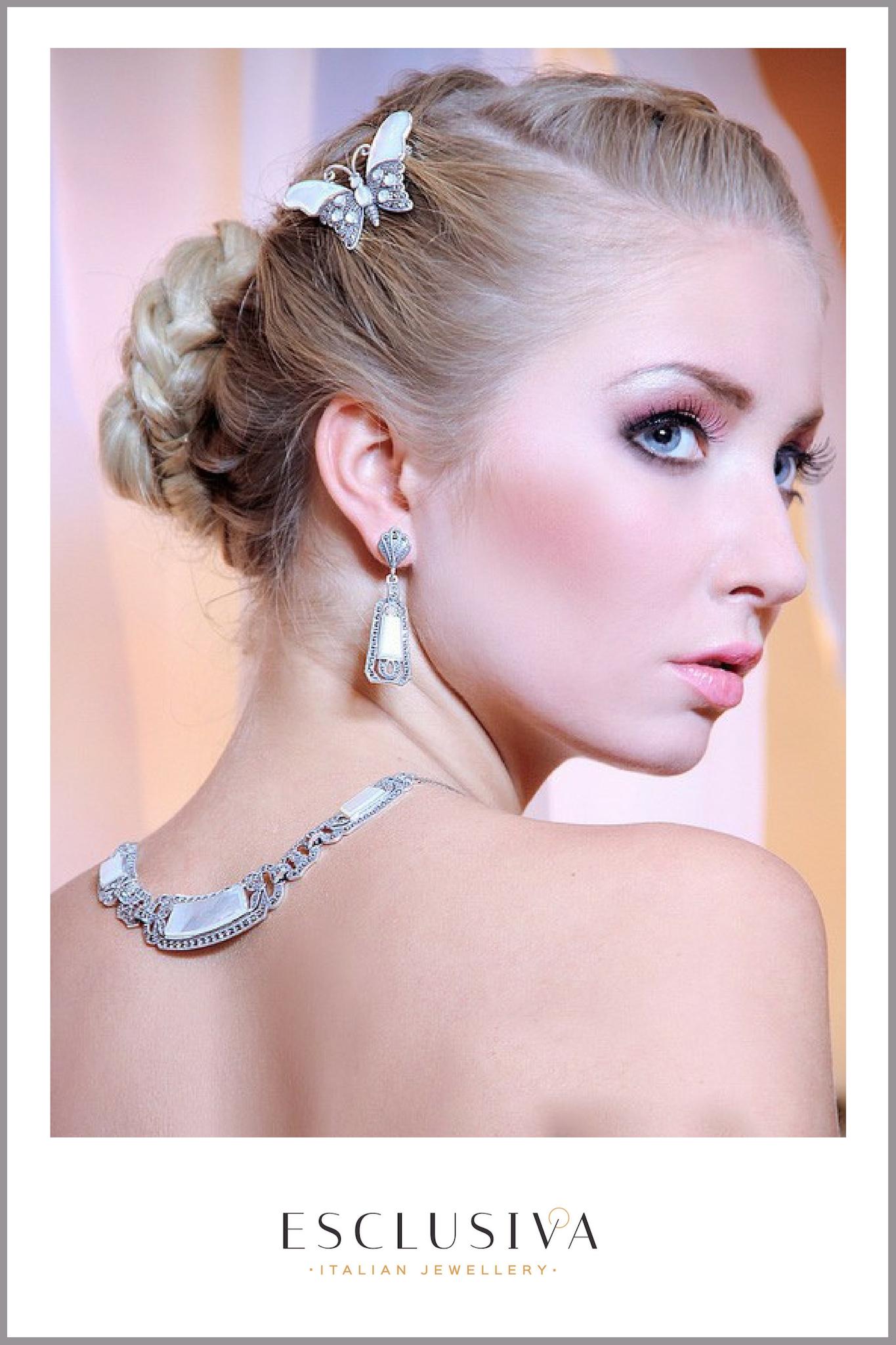 panna młoda w komplecie ze srebrną biżuterią ślubną naszyjnikim i motylem z masą perłową