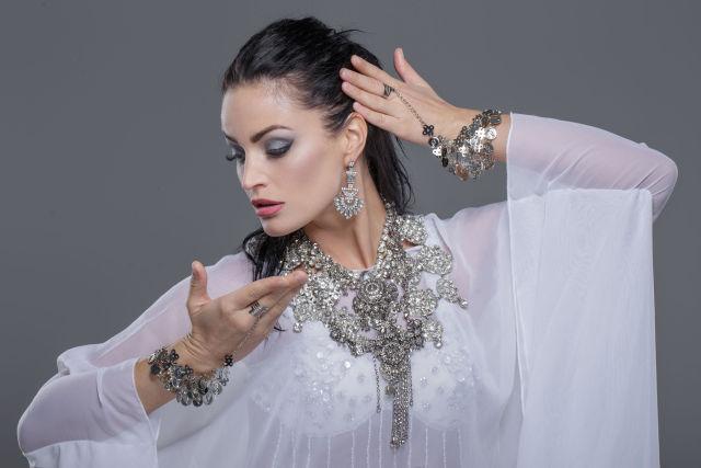 Kobieta ze srebrnym naszyjnikiem i bransoletkami z cyrkoniami