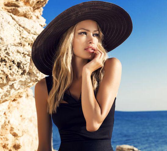 blondynka w czernej sukience i kapeluszu