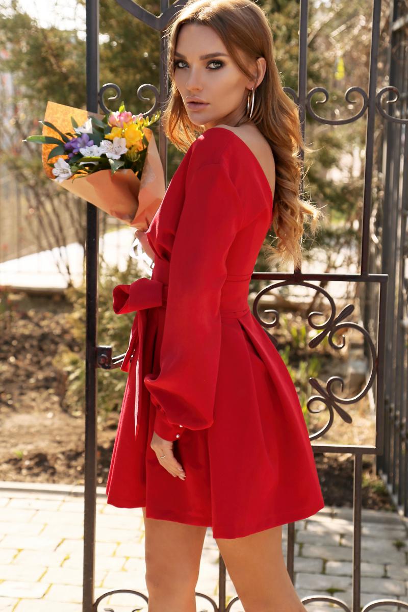 czerwona sukienka ze zlotymi kolczykami