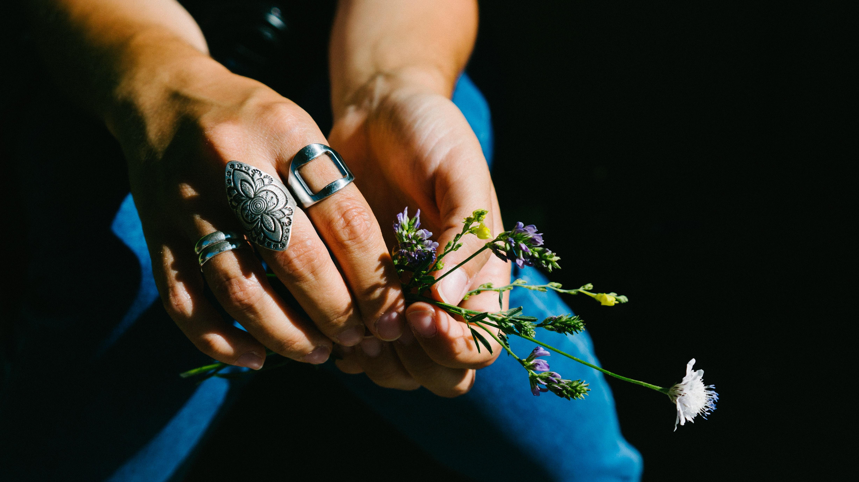 duże srebrne pierścionki typu sygnety damskie