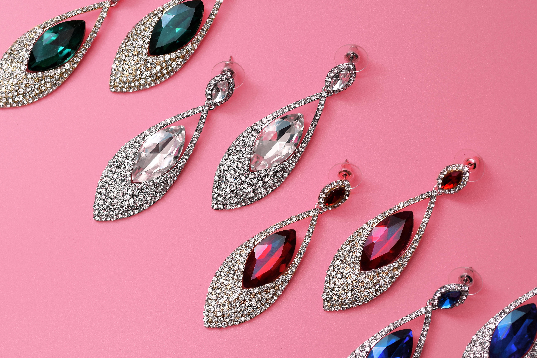 srebrne wisiorki z kolorowymi kamieniami
