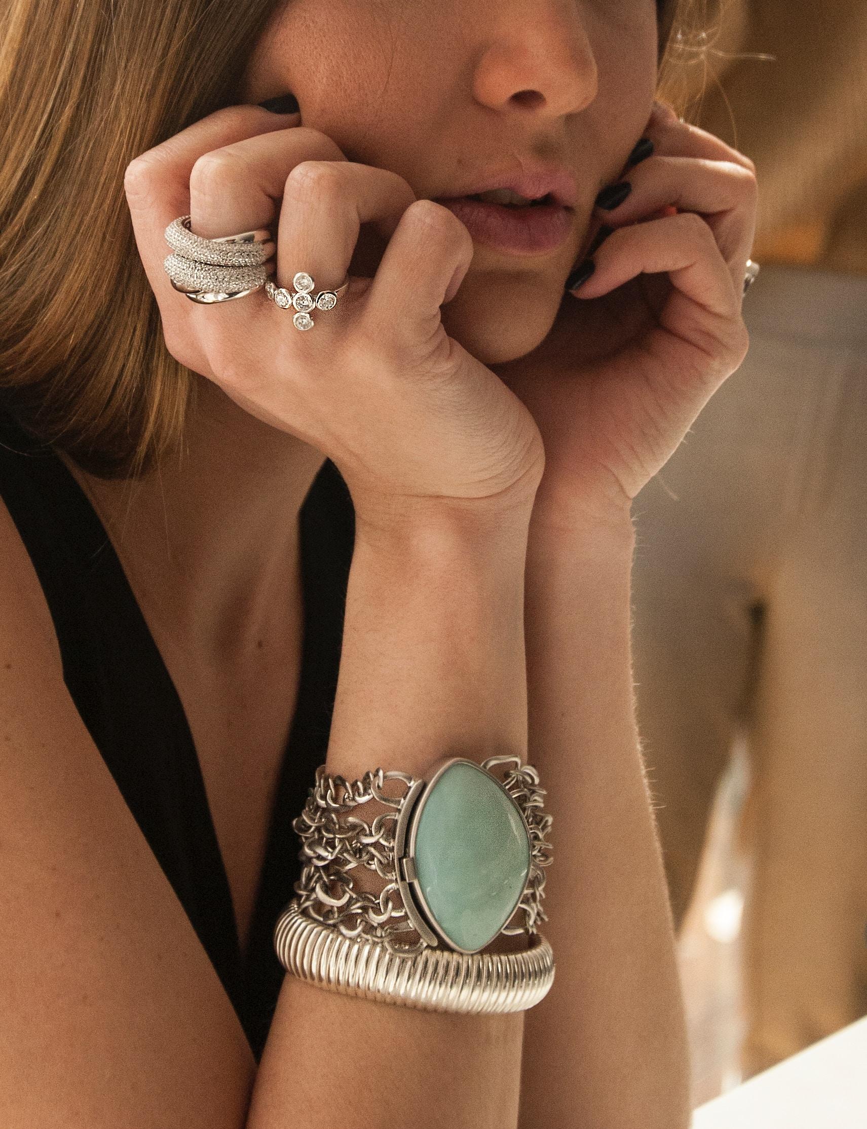 portret kobiety ze srebrną bransoletką z dużym jasnozielonym kamieniem