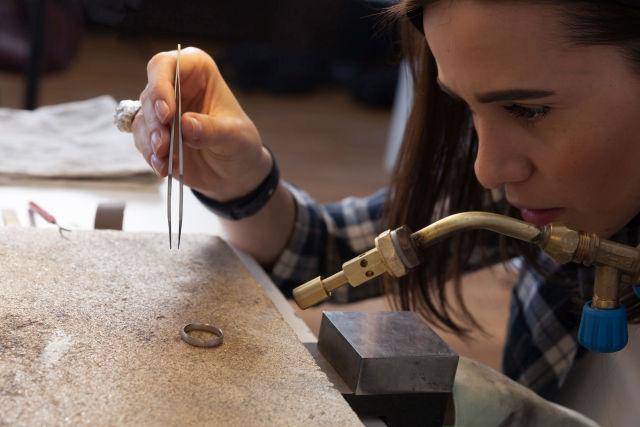 Obróbka srebrnej obrączki przez jubilera