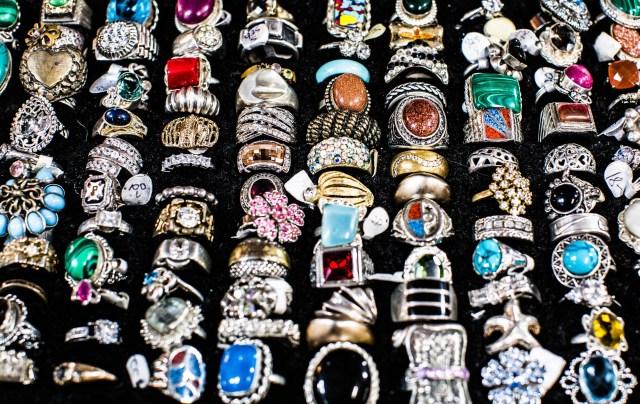 kilkadziesiąt sztuk srebrnych pierścionków z kolorywmi kamieniami